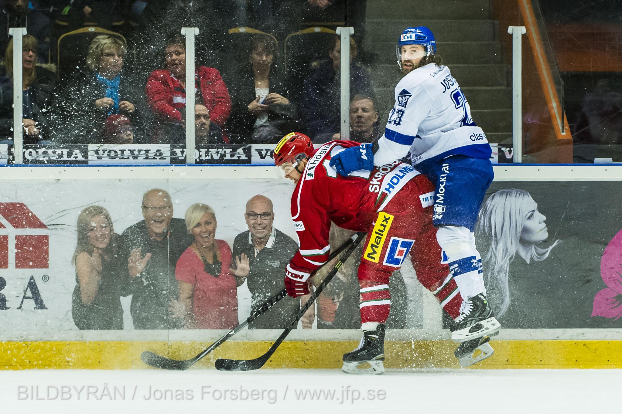 141228 Modos Per-ge Skršder och Leksands Daniel Josefsson kŠmpar under Ishockeymatchen i SHL mellan Modo och Leksand den 28 december 2014 i …rnskšldsvik. Foto: Jonas Forsberg / BILDBYRN / COP 71